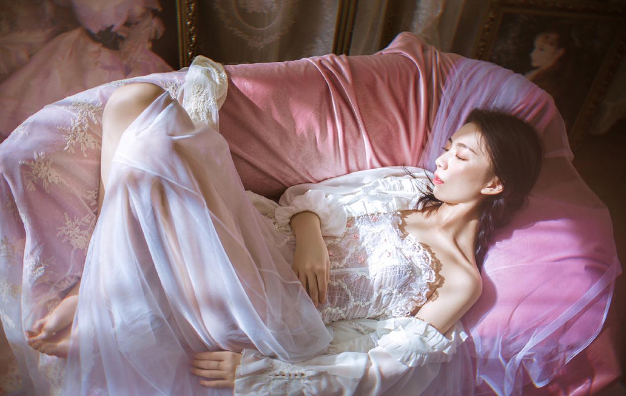 性感美女蕾丝透视装姿态撩人大胆图片