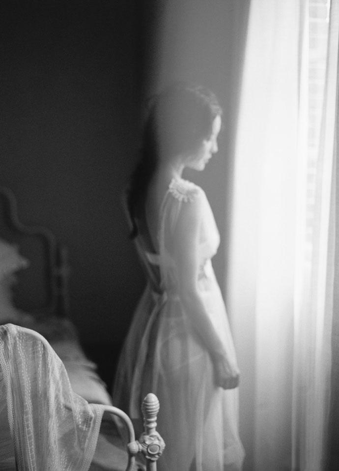 性感婚纱美女光滑肌肤深v大开丰满大胸极致诱惑图片