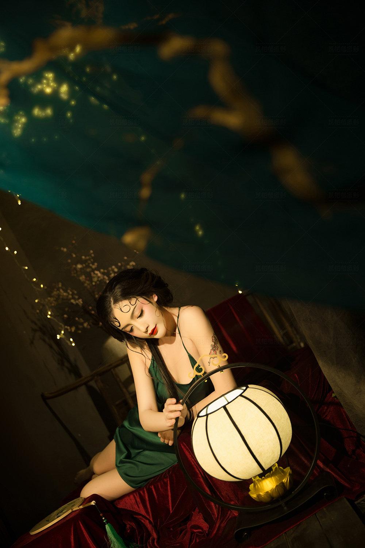 性感古典美女红唇雪肤吊带长裙丰满身材图片