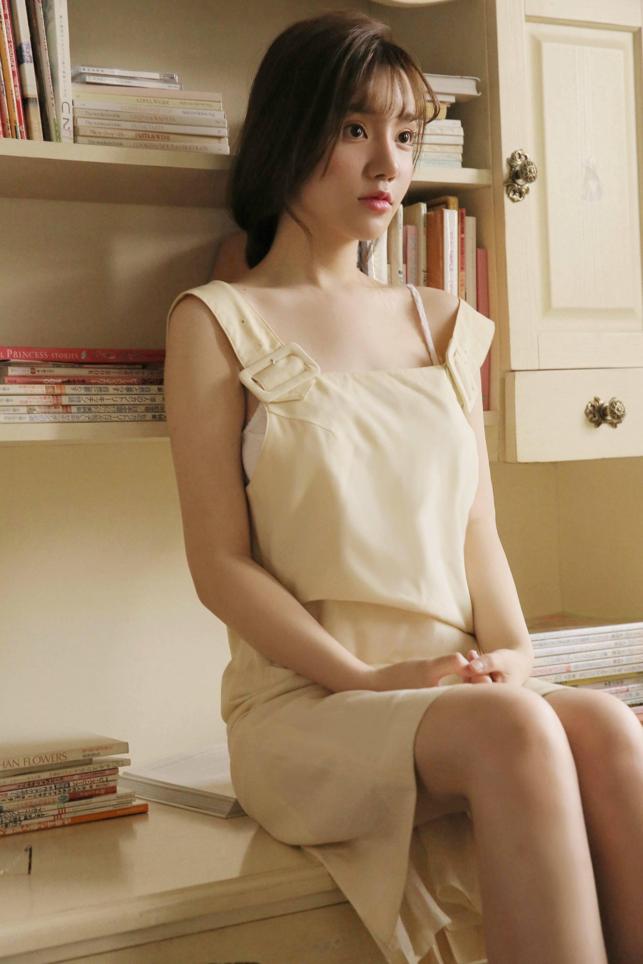 性感长腿美女尤物吊带背心小露香肩图片