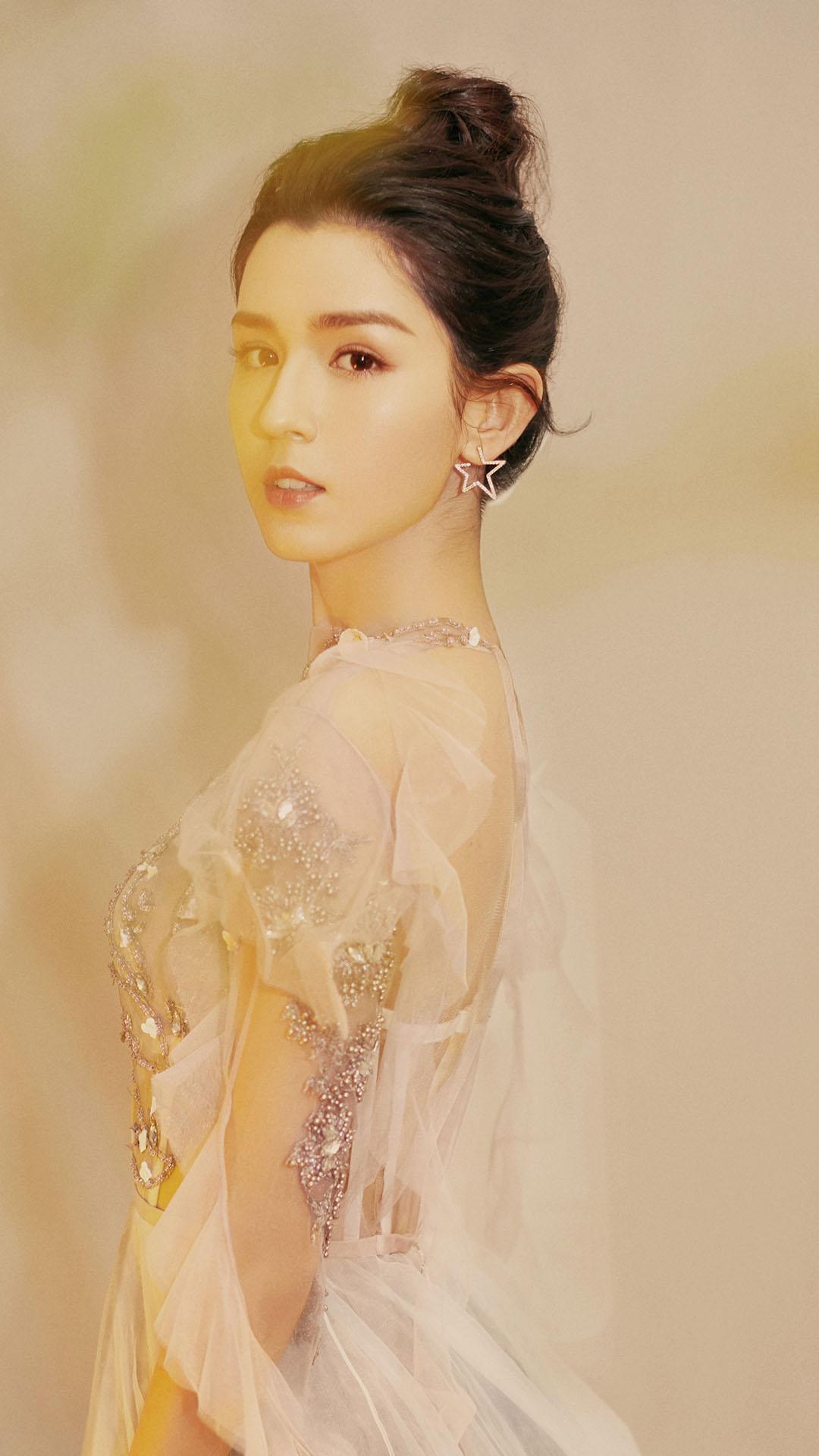 中国女明星哈妮克孜照片简约手机壁纸下载