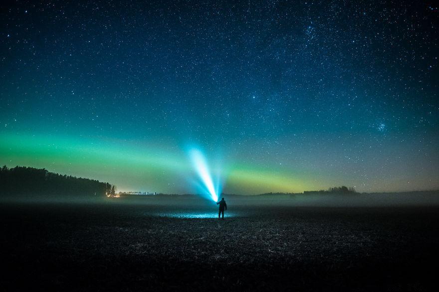 浩瀚星空下的浪漫夜色摄影图片