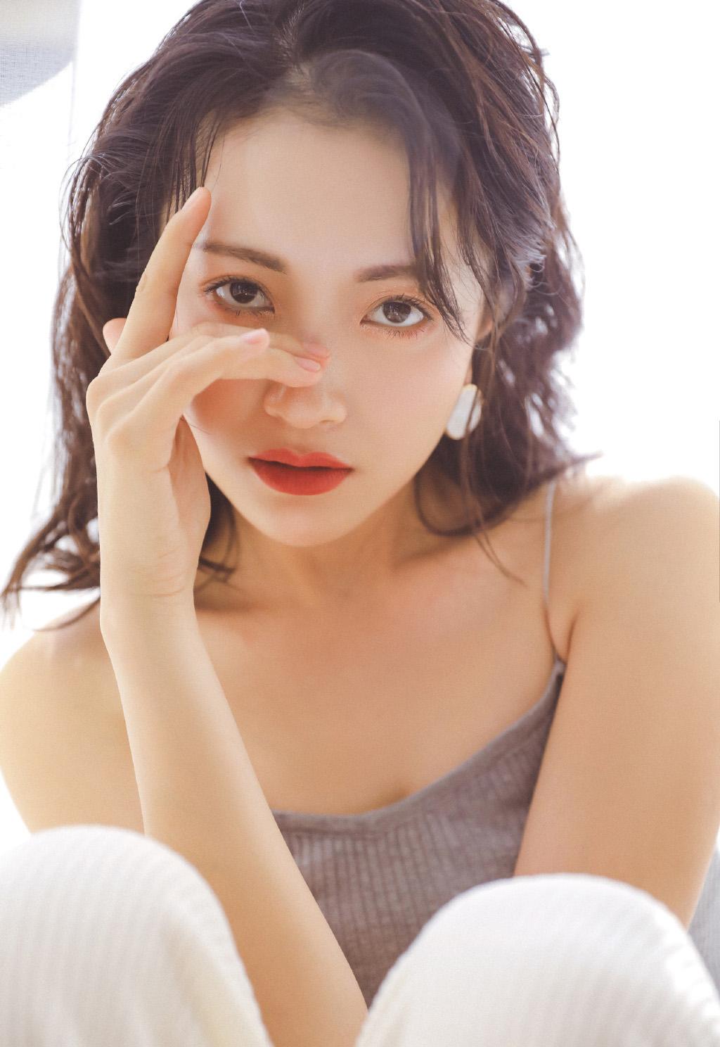 明星辣妈包文婧时尚简约性感吊带诱惑私房写真集