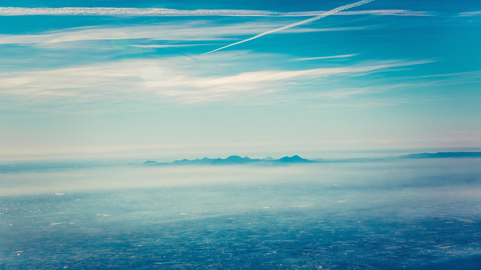 蔚蓝色的天空美景电脑桌面图片