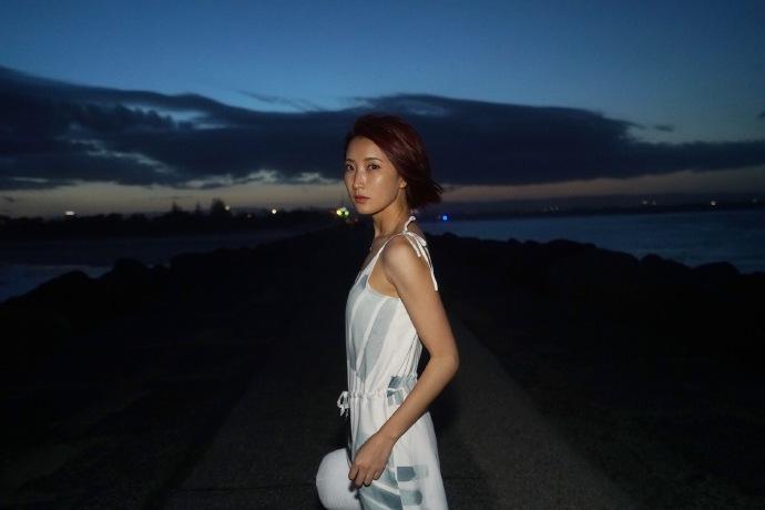 傍晚海边散步寂静风景手机壁纸