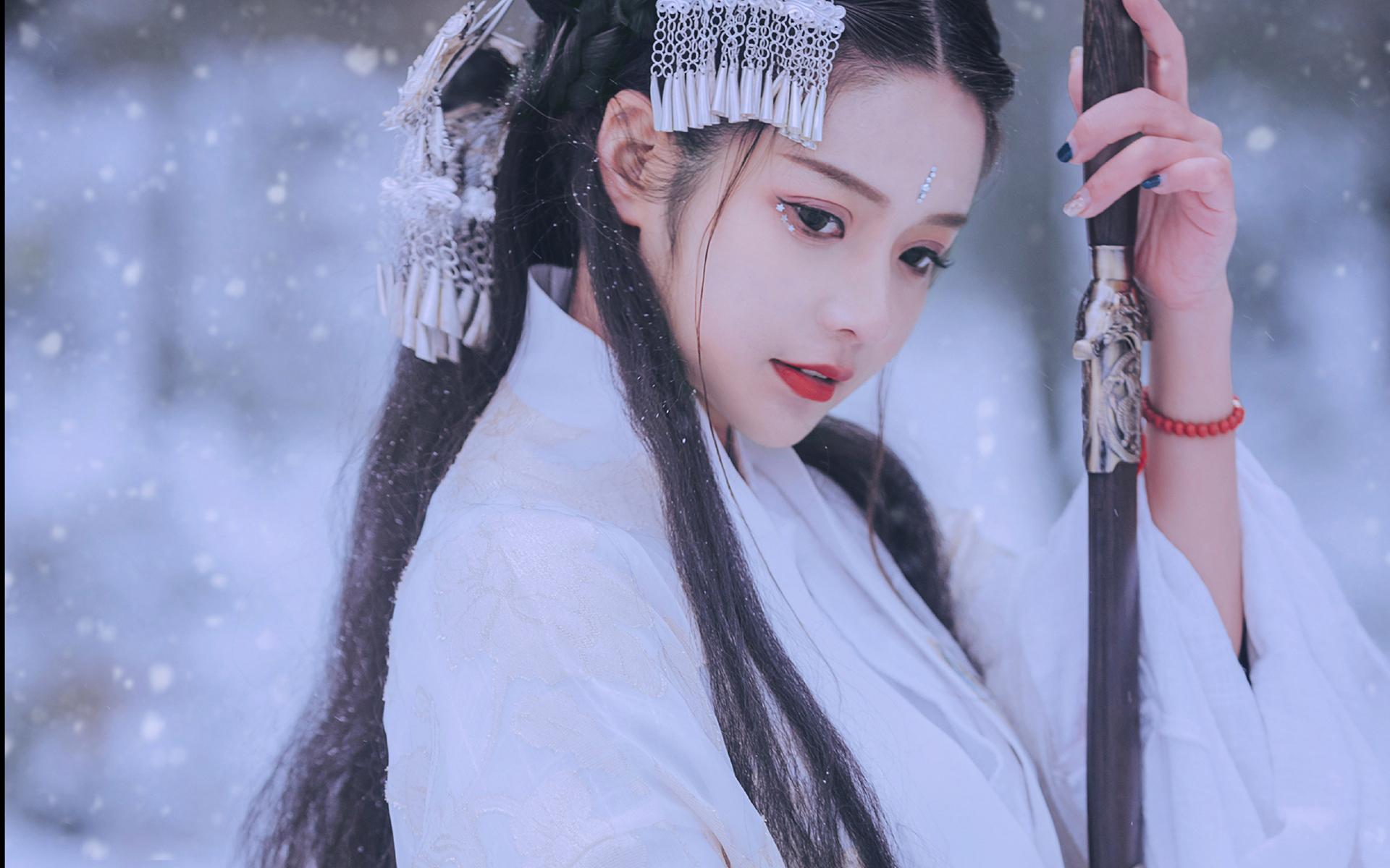 古装漂亮优雅美女雪中唯美动人桌面壁纸