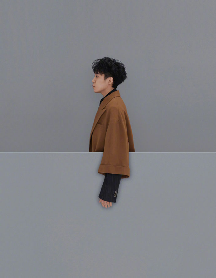 吴青峰侧脸卷发时尚芭莎杂志封面大片