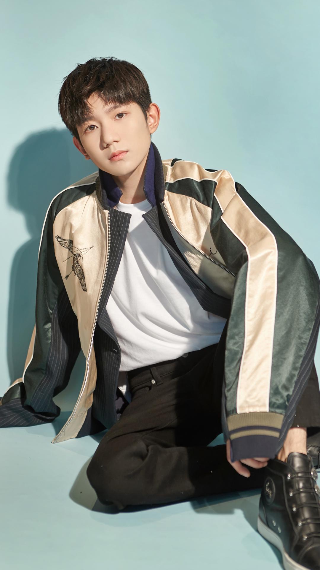 王源巴黎时装周香槟金外套帅气阳光男孩时尚写真图片