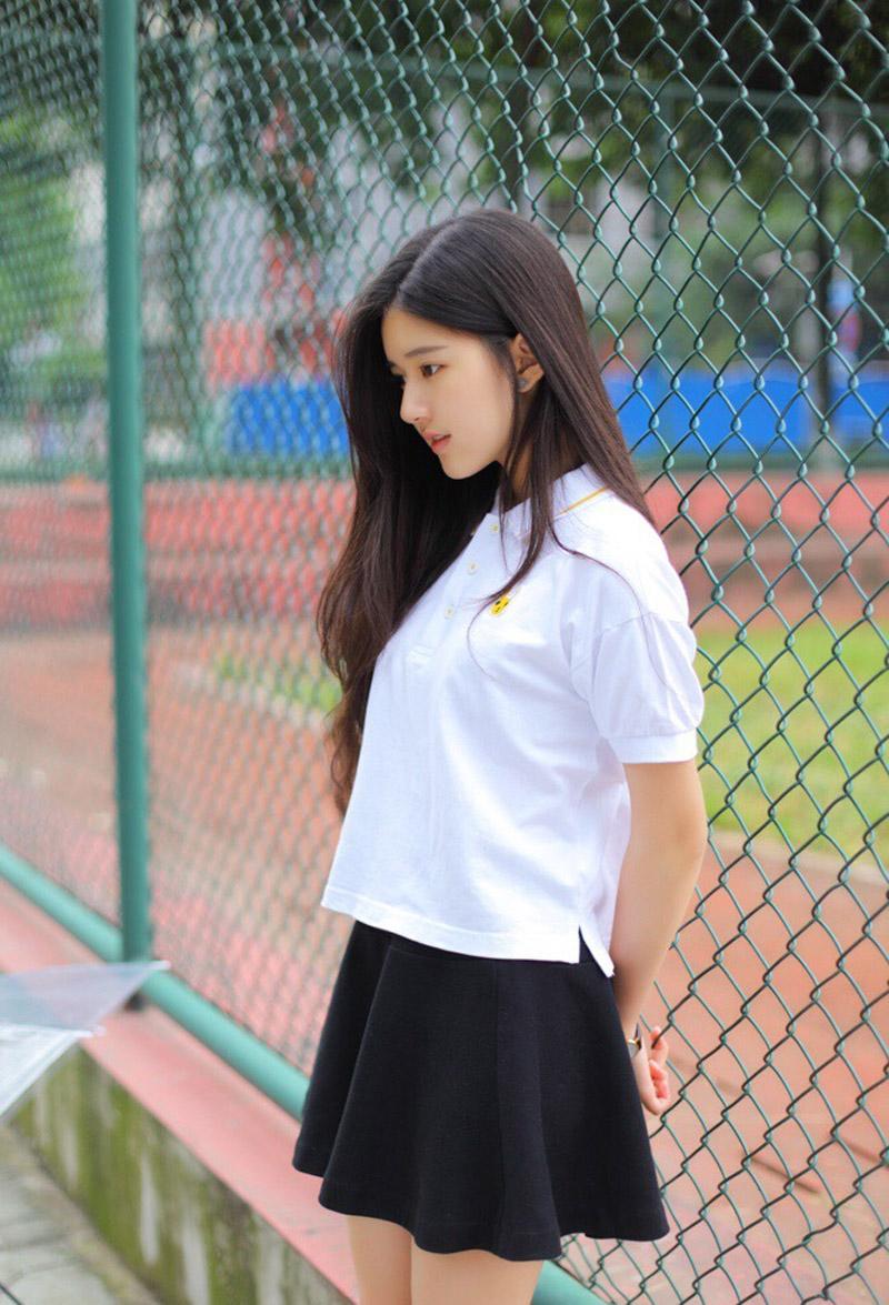 赵露思白色t恤校服清纯可爱早期写真图片