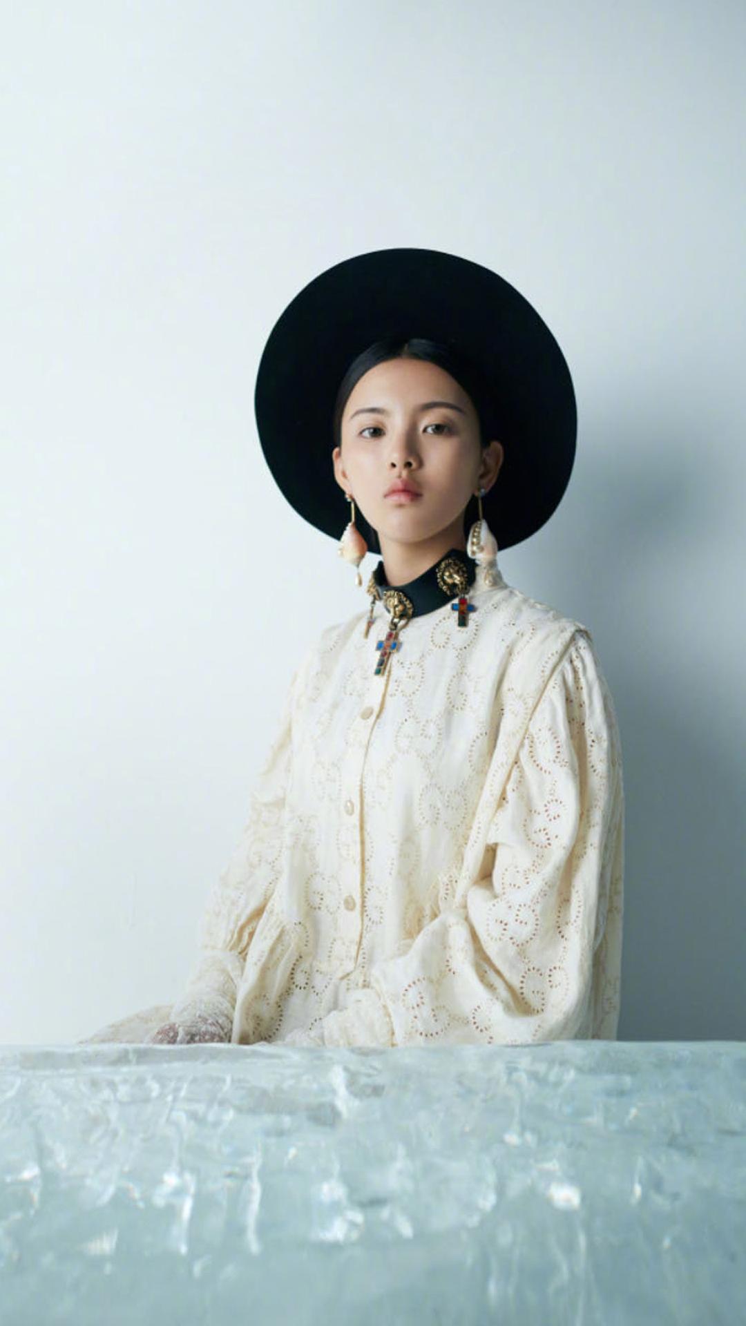 杨超越《时尚芭莎》大片封面造型图片