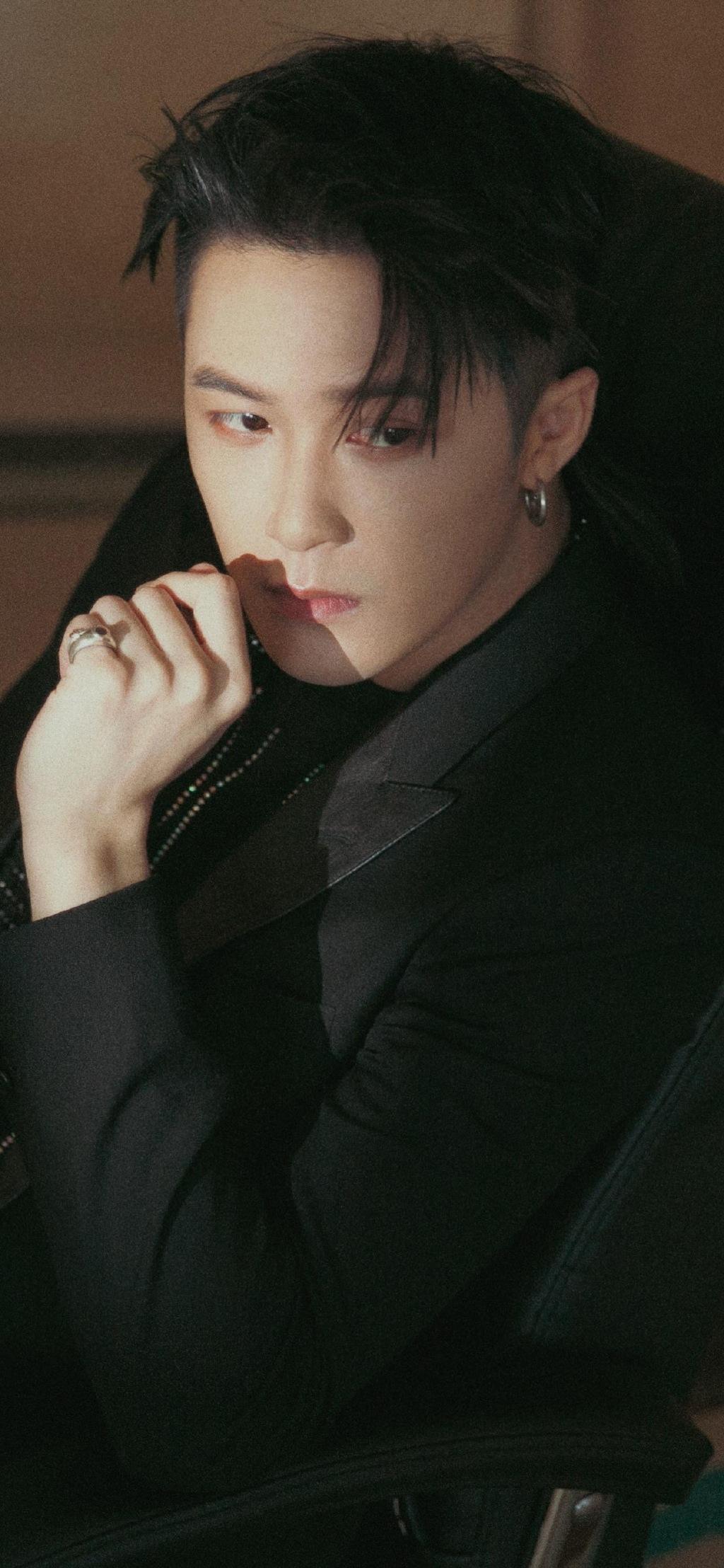 檀健次黑色西装酷帅型男高清手机壁纸