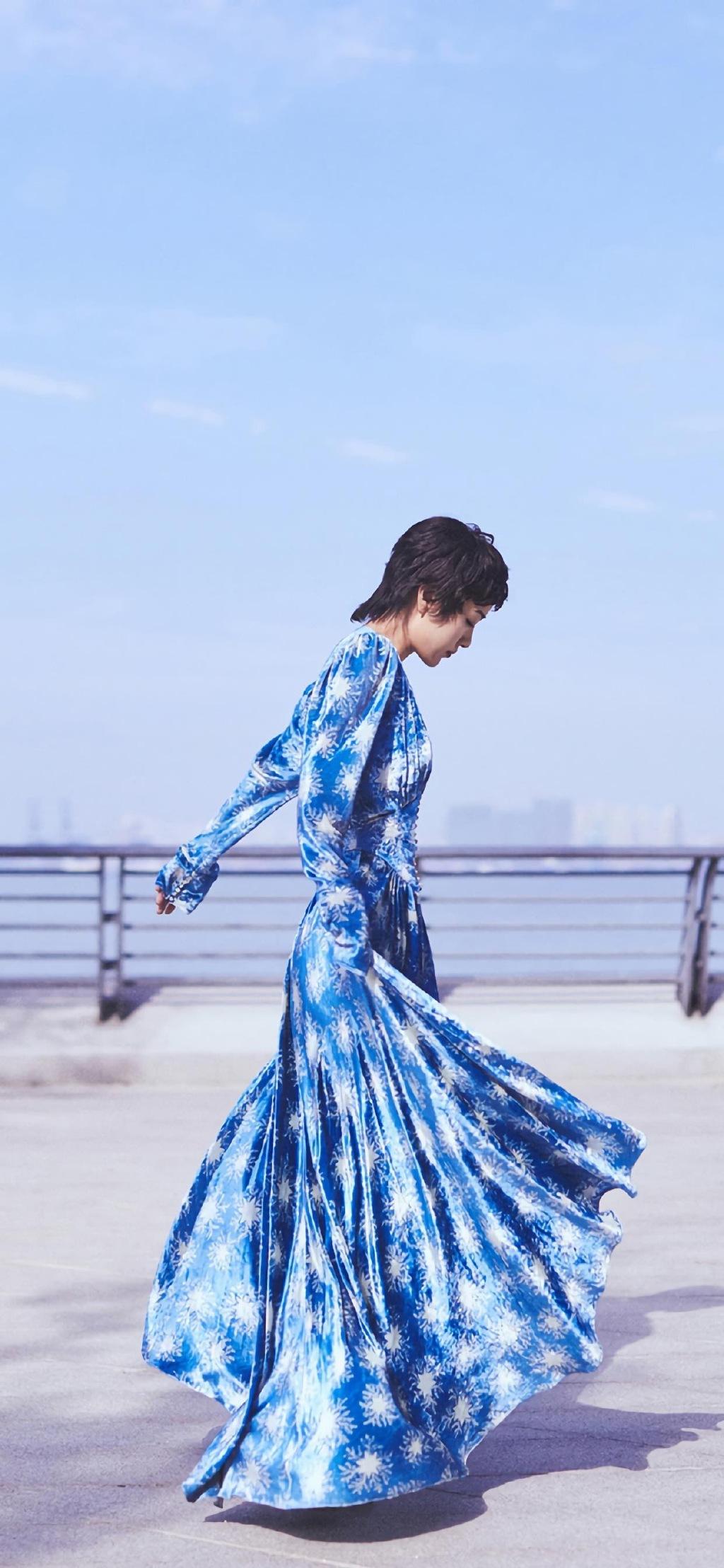 郭采洁蓝色印花长裙优雅气质写真壁纸图片