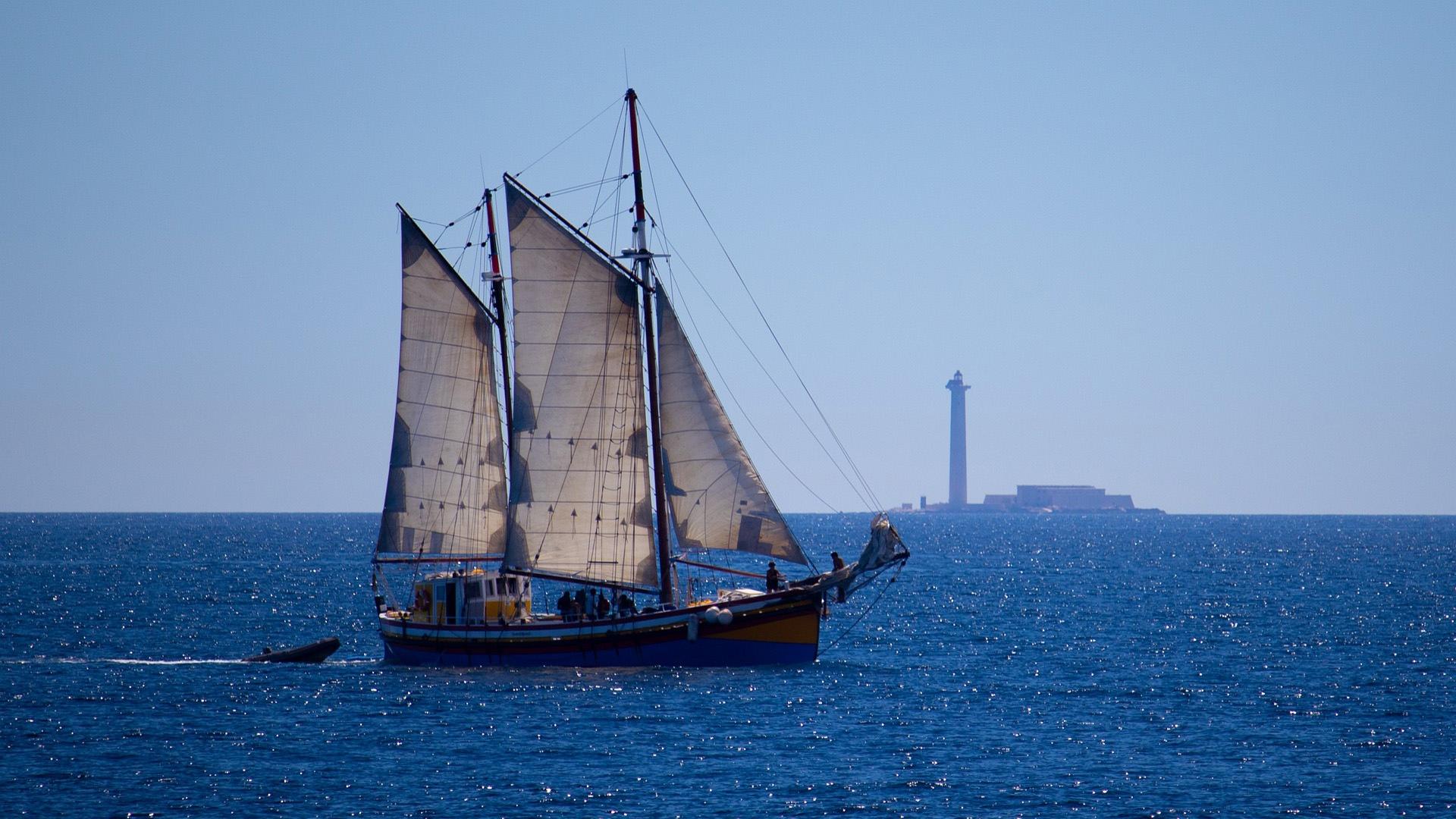 海上航行的帆船壁纸图片