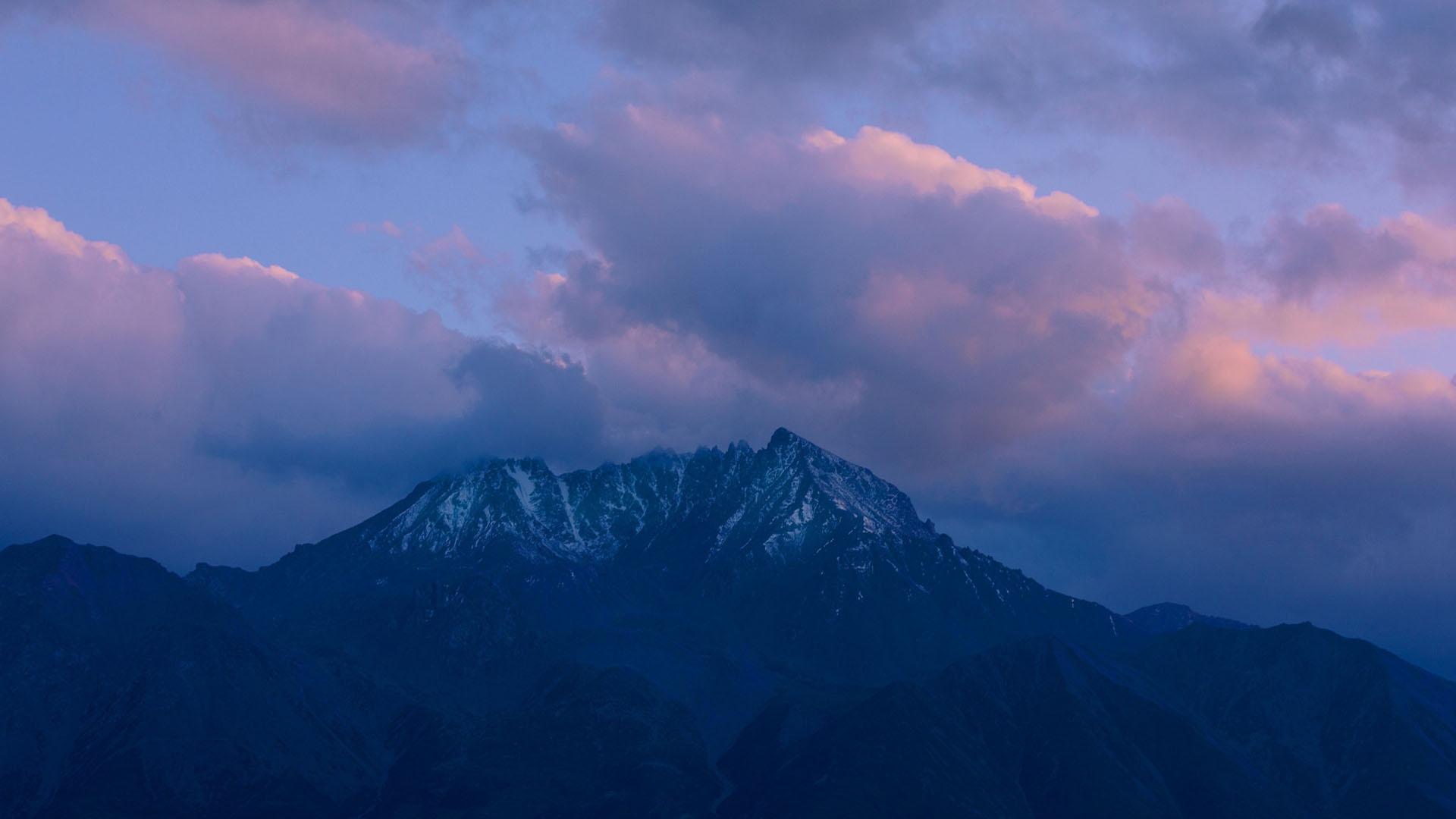 清晨的时分朦胧高山云雾风光