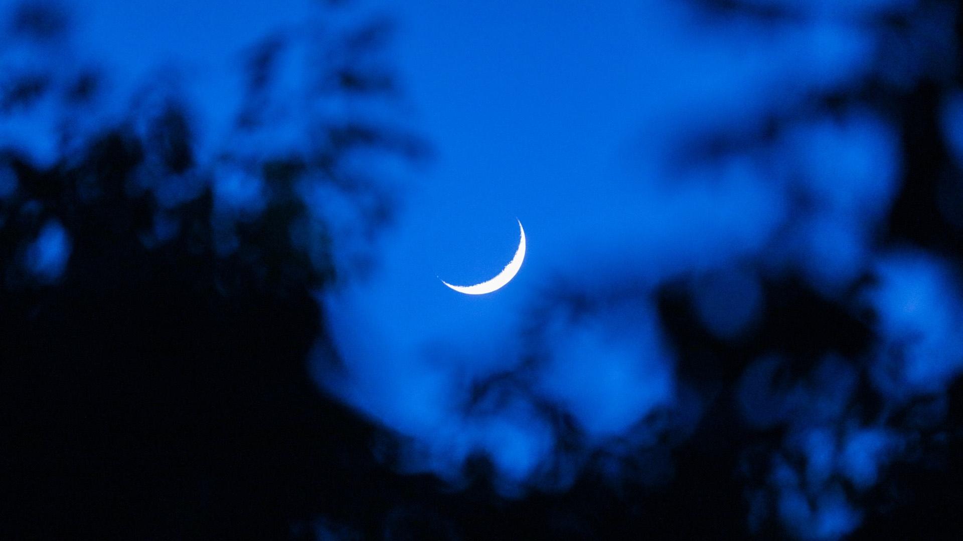 深夜寂静的夜空月亮图片