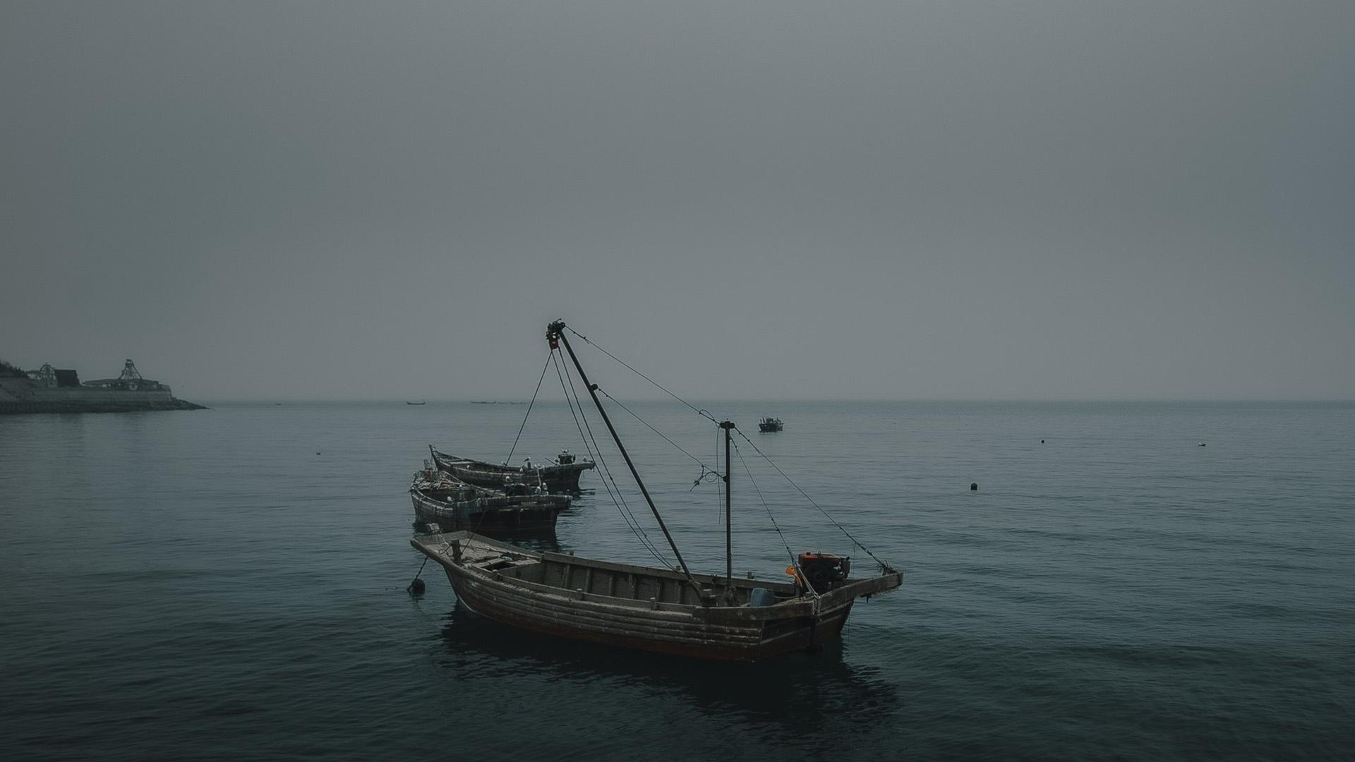 昏暗寂静的海景朦胧景色
