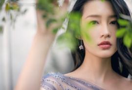 美女明星李沁知性优雅清新户外电脑壁纸